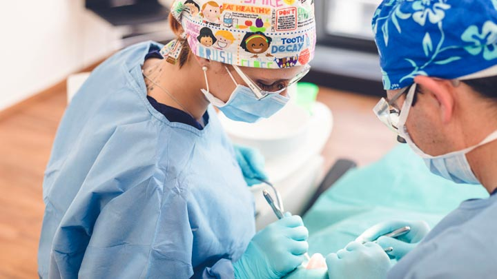 Arzt bei einer Wurzelspitzenresektion OP